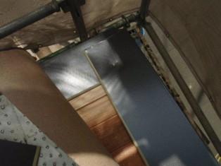 屋根の淵をぐるりと貼っていくところから作業が始まります。