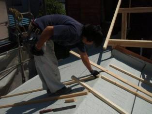 屋根の上では、板金を貼るための下準備をされています。